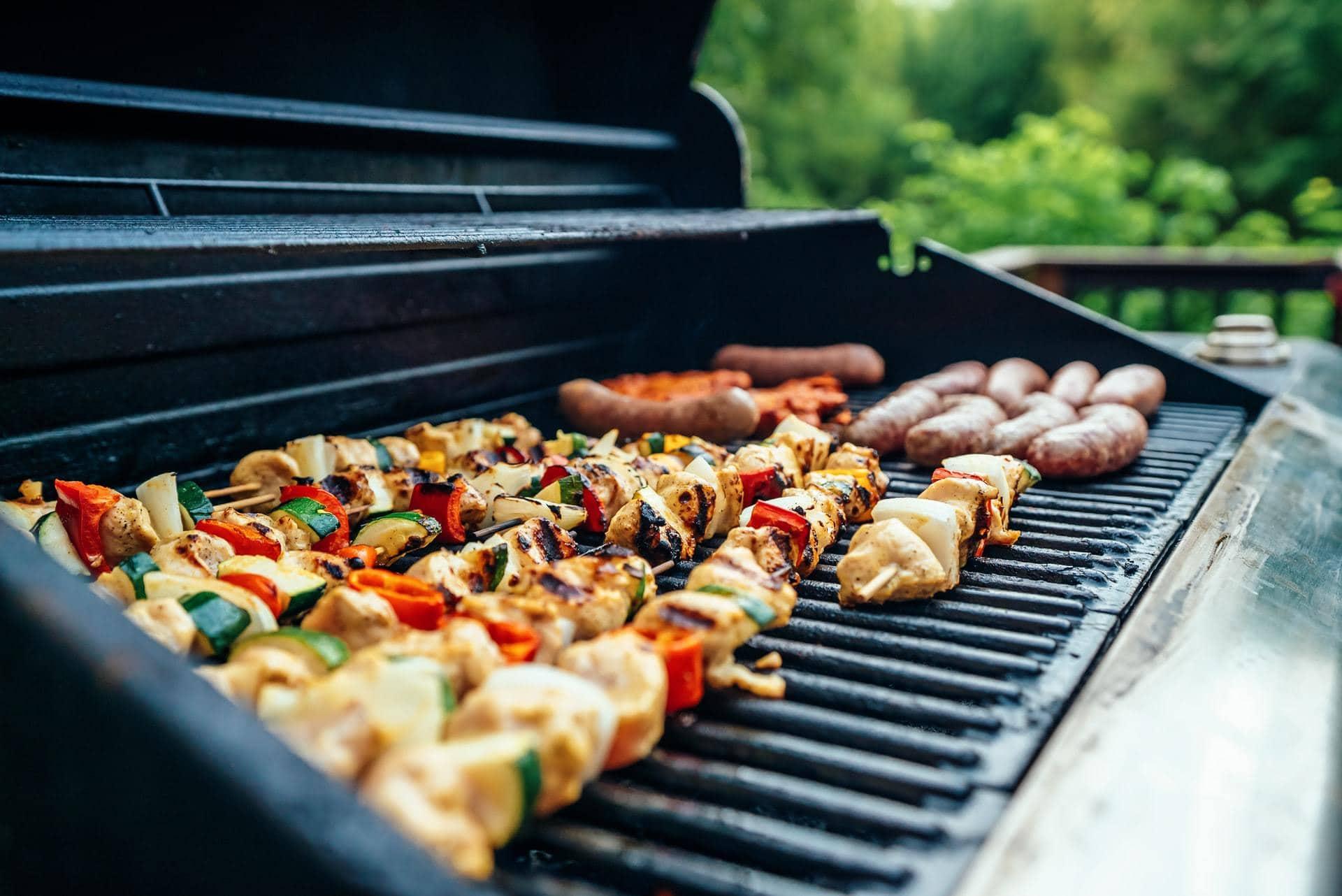 Barbecue met vlees erop, zij-aanzicht