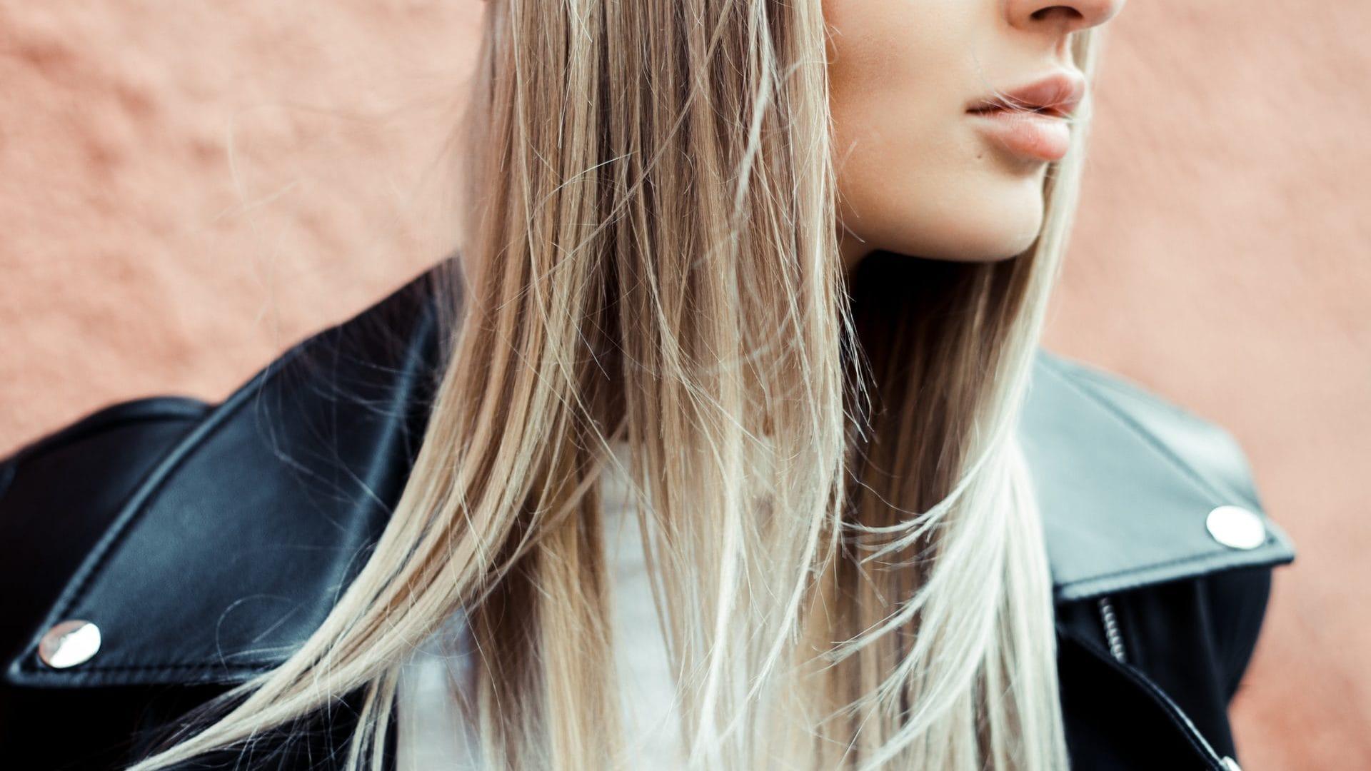 Persoon met lang blond haar, zij-aanzicht