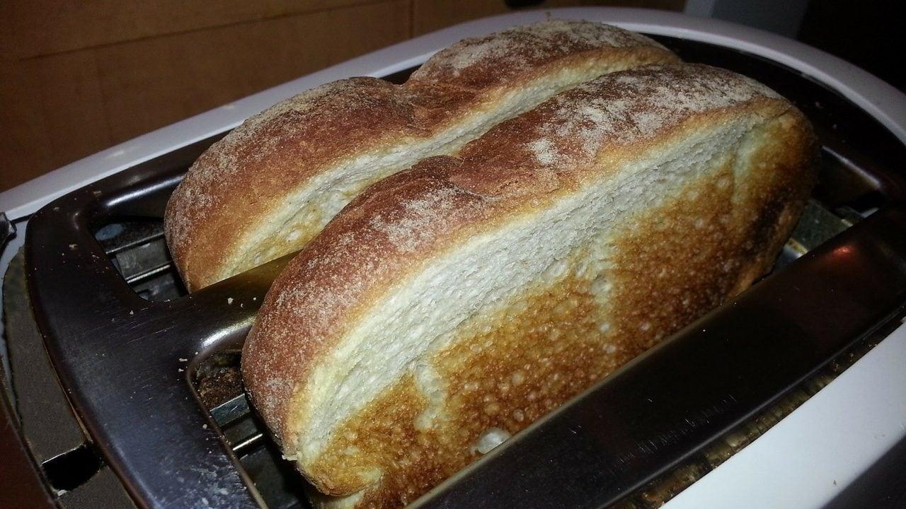 Witte boterhammen in broodrooster, bovenaanzicht, schuin.