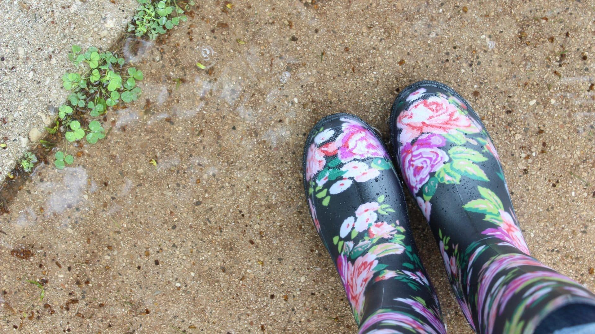 Regenlaarzen op tuintegels, bovenaanzicht