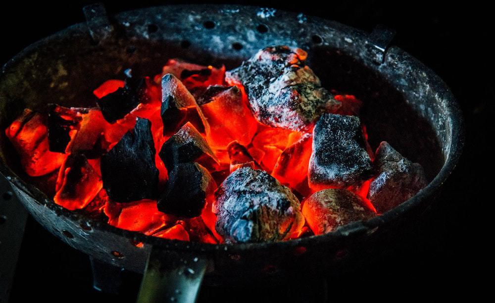gloeiende kolen in een bbq