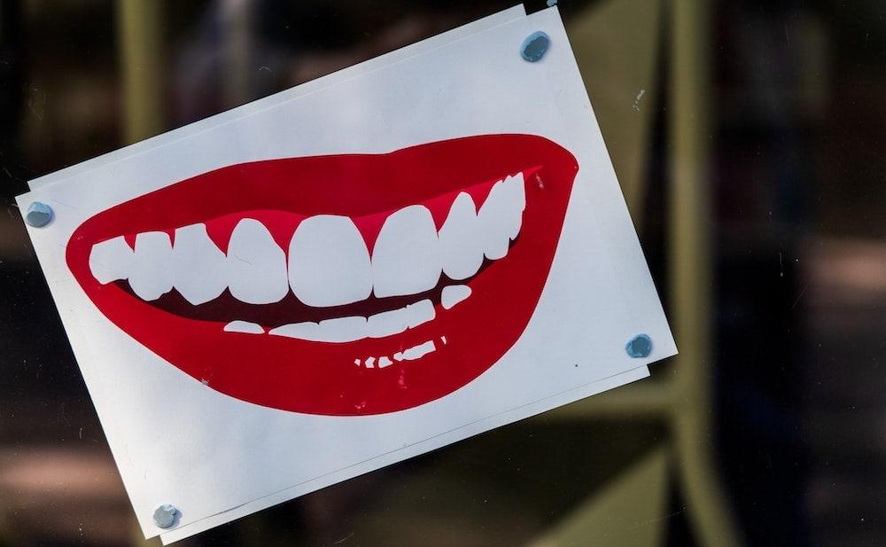 illustratie van witte tanden met rode lippen