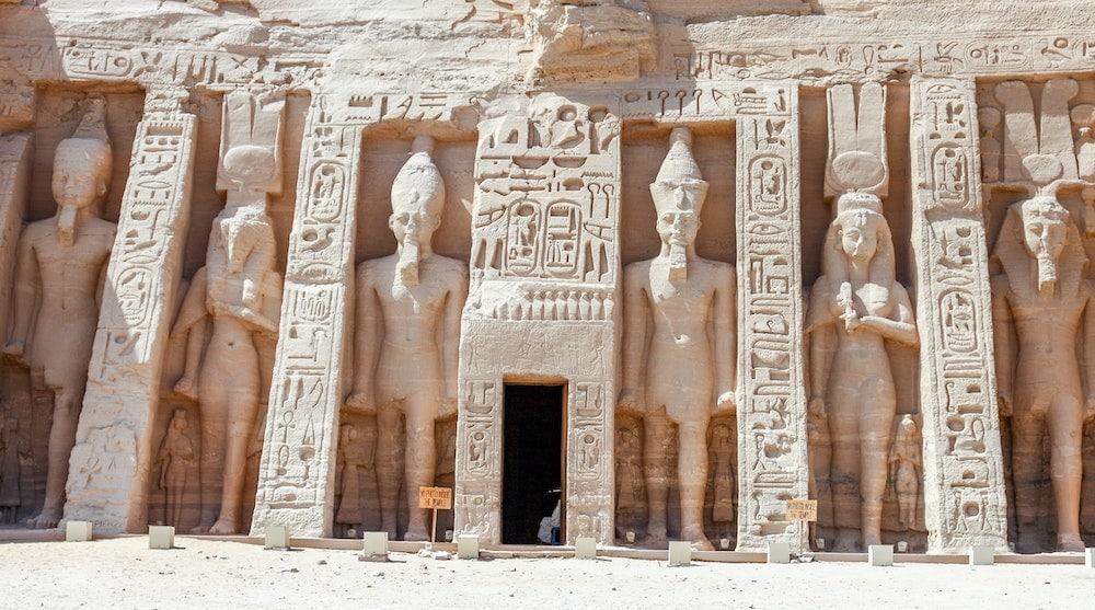 ingang van een egyptische tombe