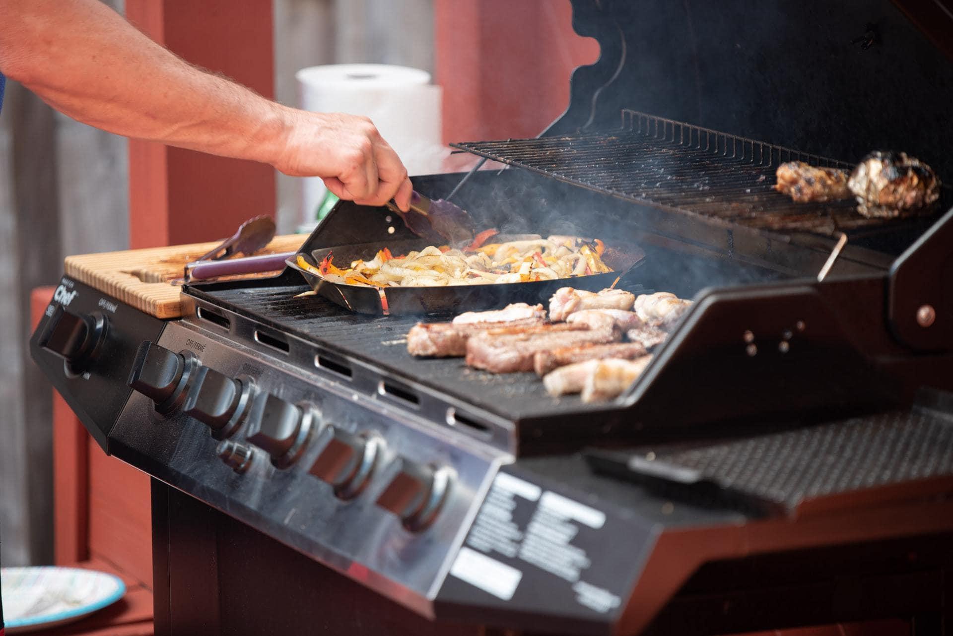 Elektrische barbecue met worstjes en groente, zij-aanzicht