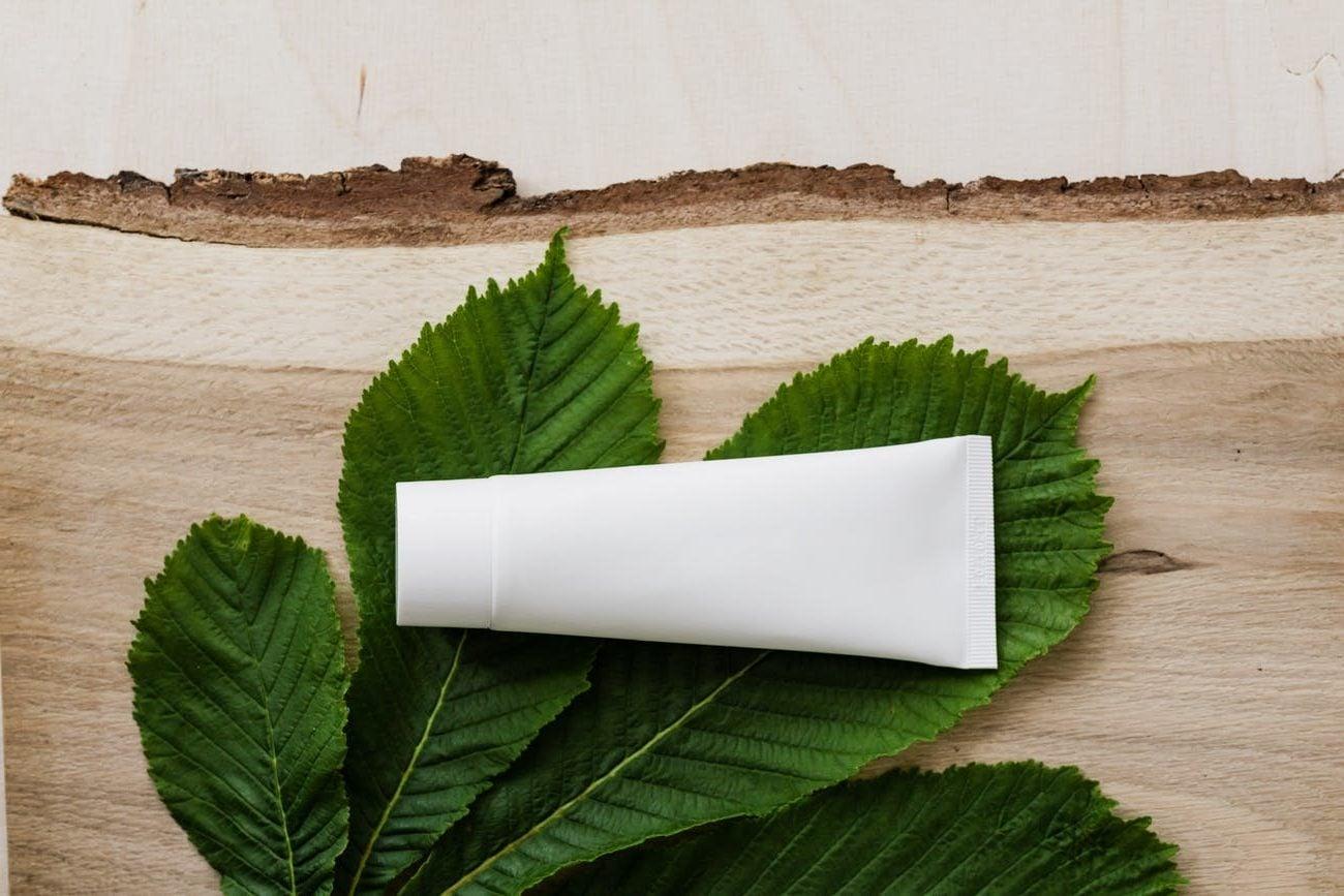 tube cc cream op een blad