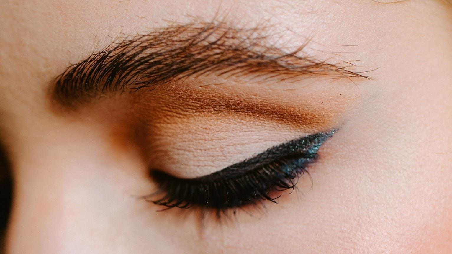 winged eyeliner op oog