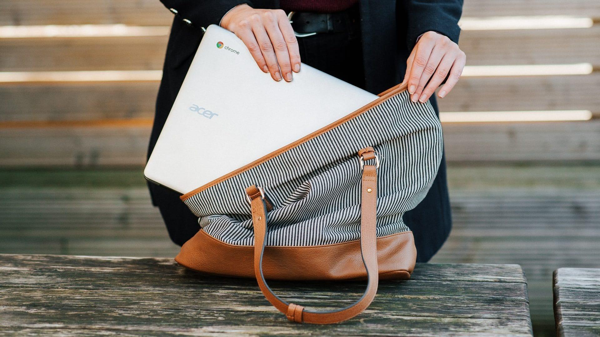 Chromebook, half uit gestreepte tas