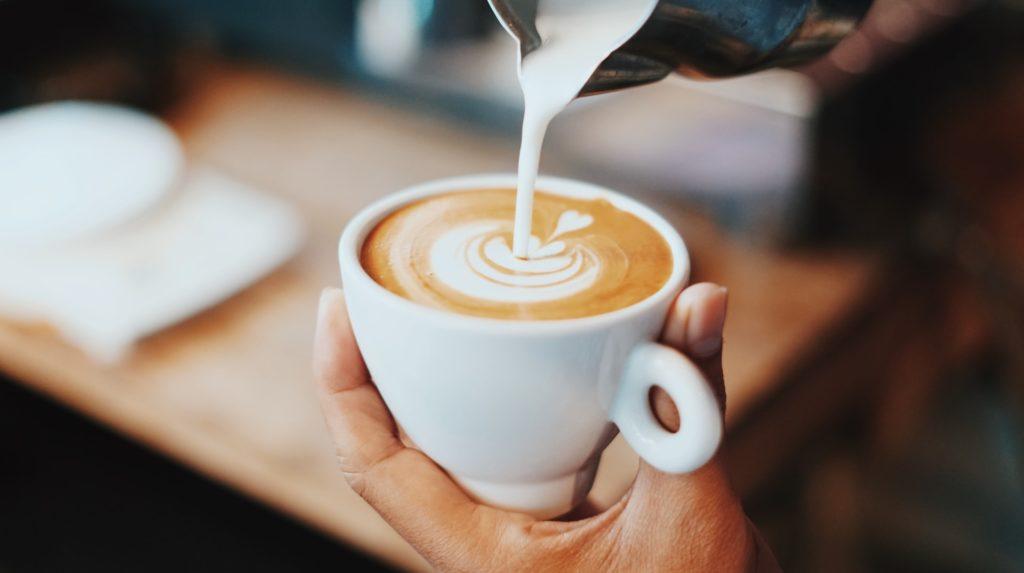 Koffie verkeerd, melk wordt ingeschonken.