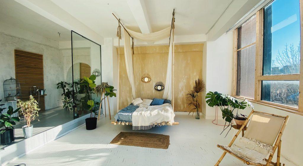 Slaapkamer met hangend bed en witte vloer
