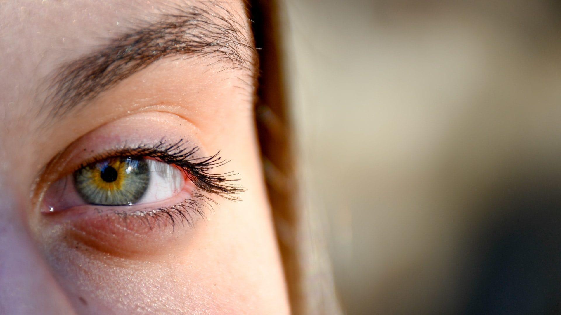 Blauw/groen oog in close up, vooraanzicht