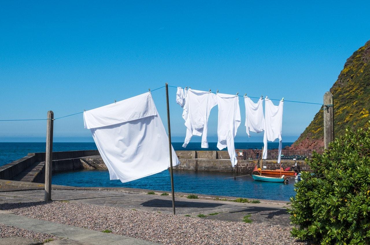 Witte was aan waslijn, blauwe lucht. Vooraanzicht