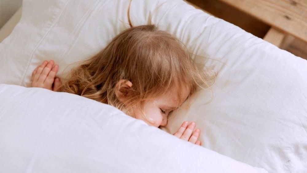 slapend kindje onder deken