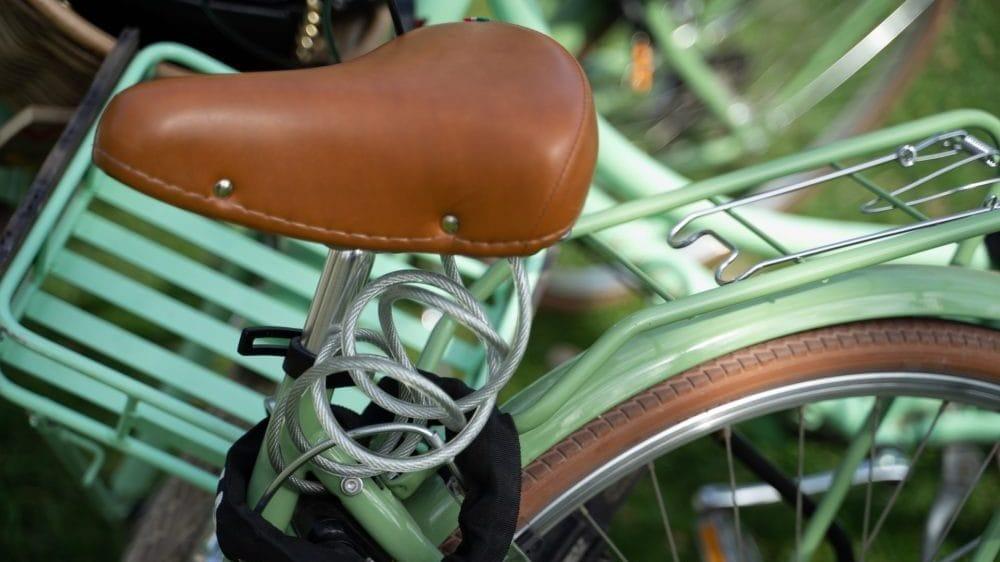 Bruin fietszadel op fiets met groen frame