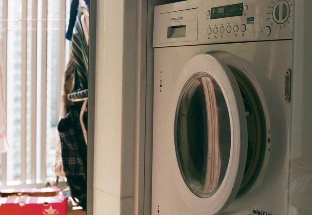 Wasmachine zij-aanzicht, bij het raam