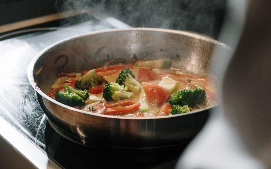 Hapjespan met groenten op fornuis, vooraanzicht