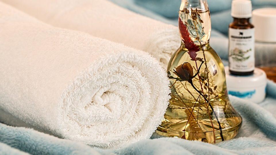 handdoek en massageolie