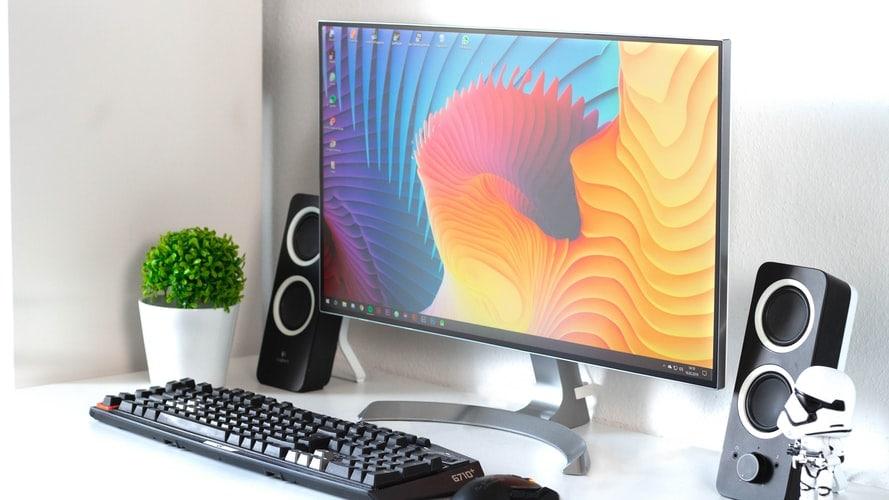 monitor met toetsenbord en muis