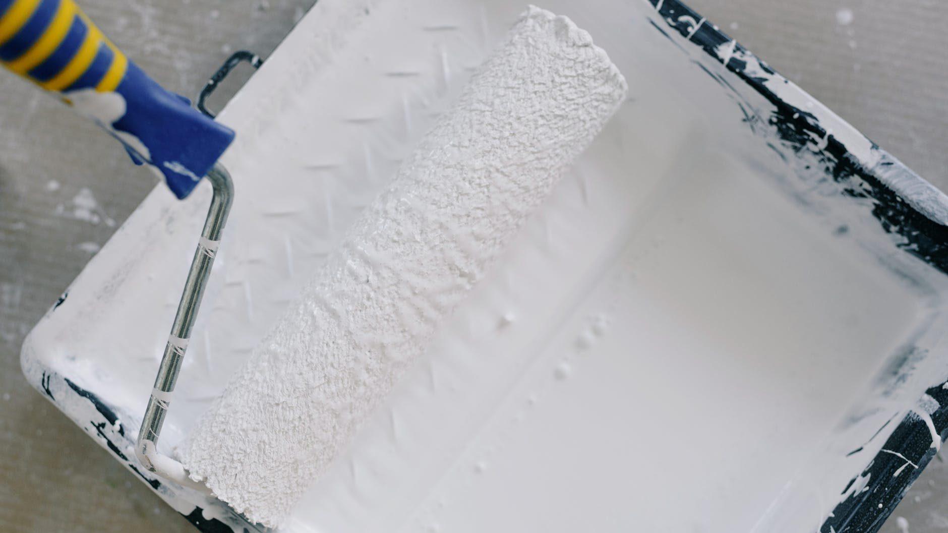 witte verf met roller