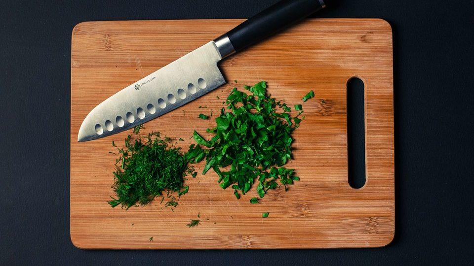 snijplank met mes en kruiden