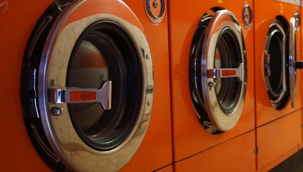 Oranje wasmachine, schuin vooraanzicht