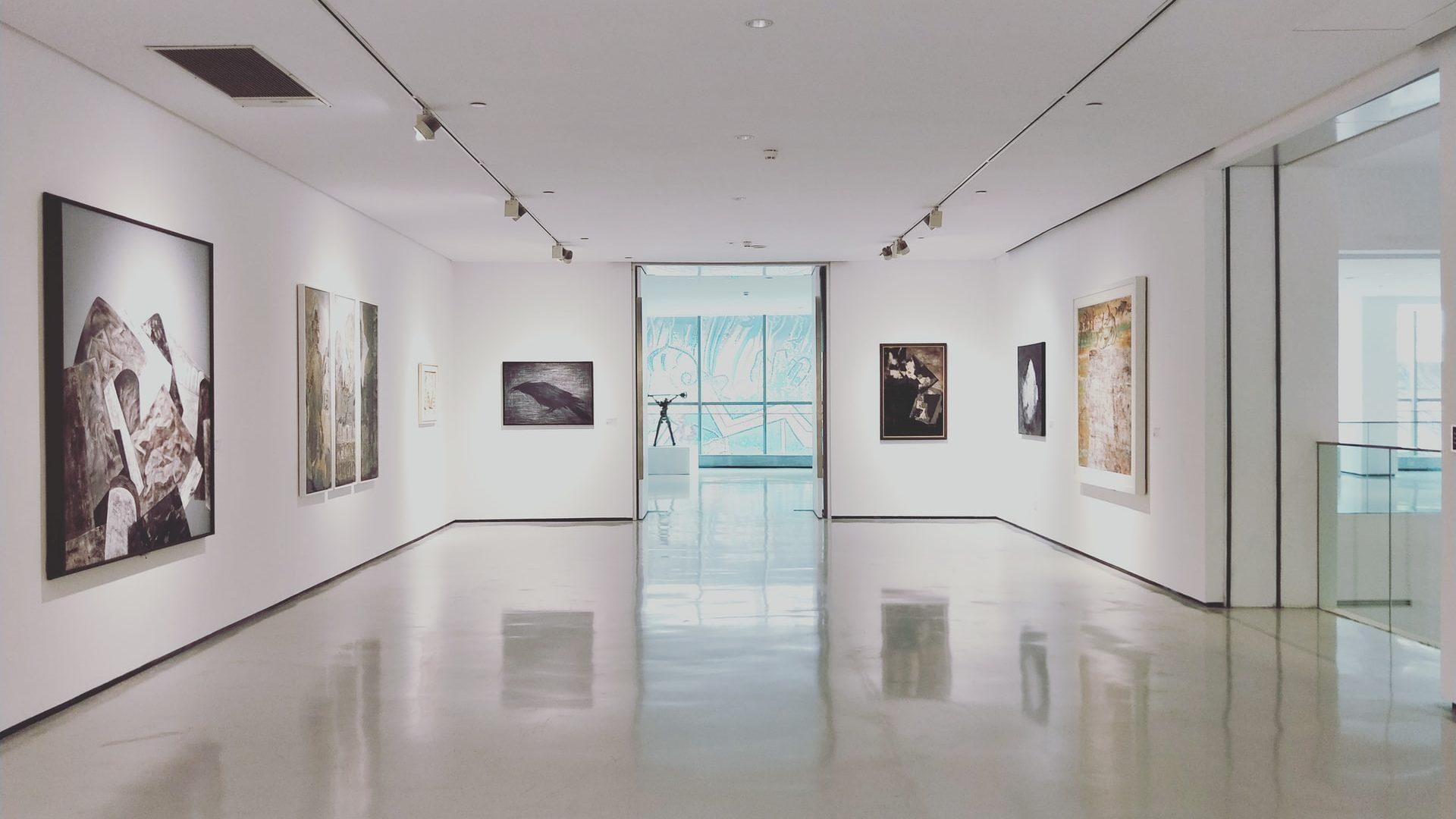 Pvc-vloer in kunstgalerij, vooraanzicht
