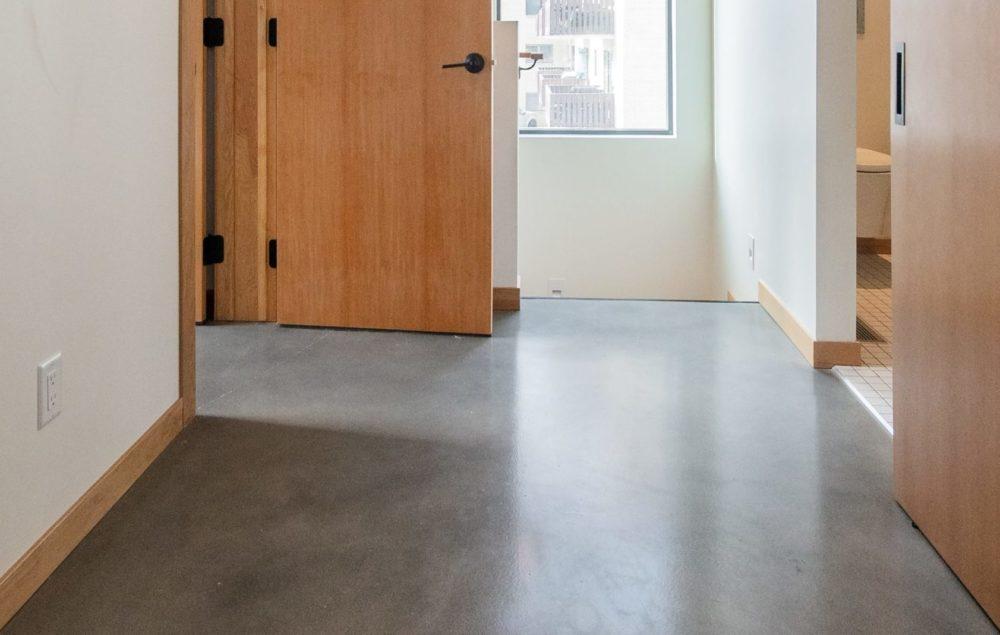 pvc-vloer met houten deur, vooraanzicht