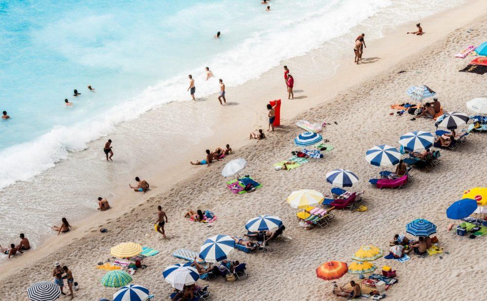strand met parasols