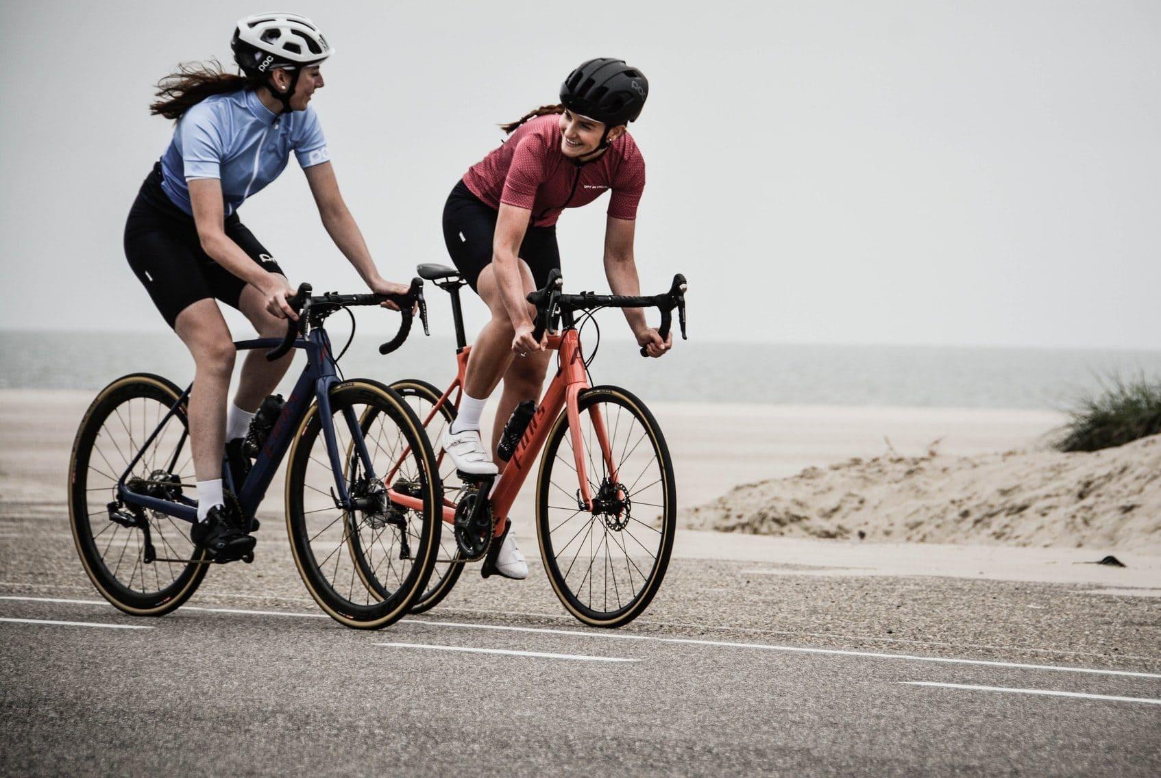 Twee fietsers op racefietsen, vooraanzicht