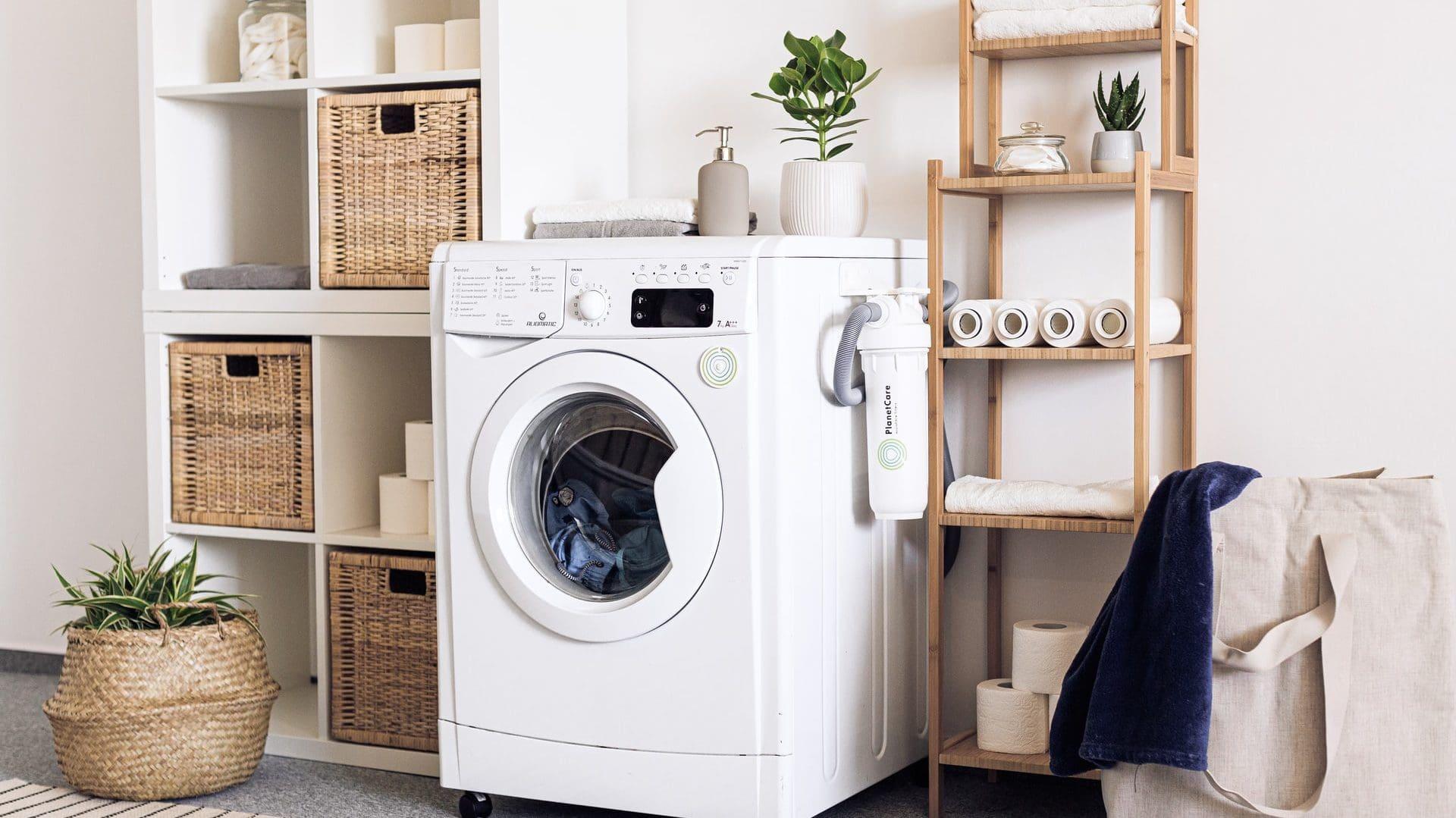 Wasmachine in badkamer met kastjes ernaast, vooraanzicht