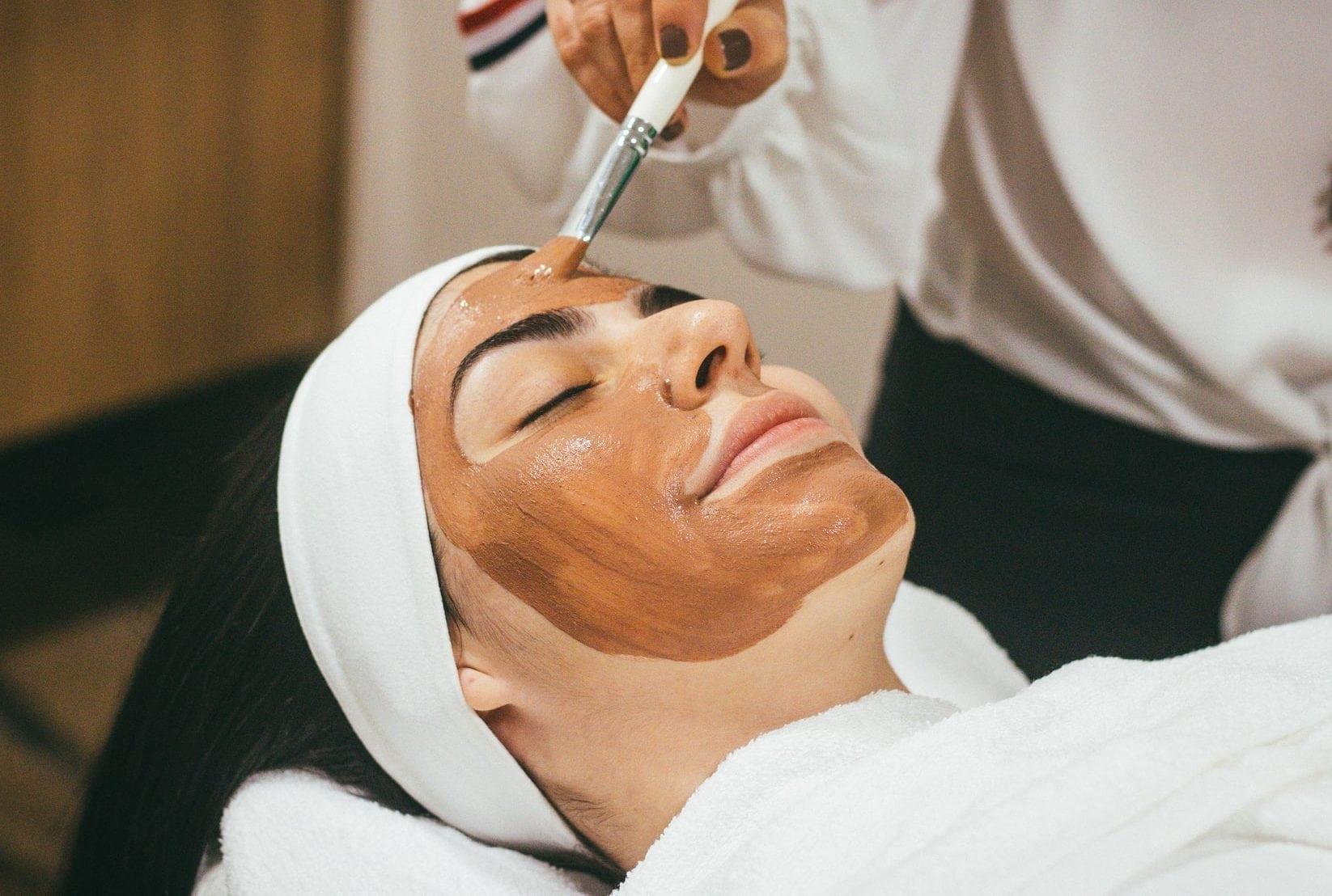 Vrouw met masker op behandelstoel, zij-aanzicht