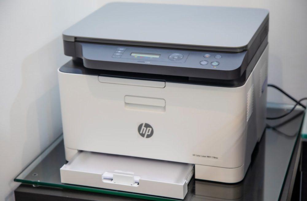 Laserprinter op glazen tafel, vooraanzicht