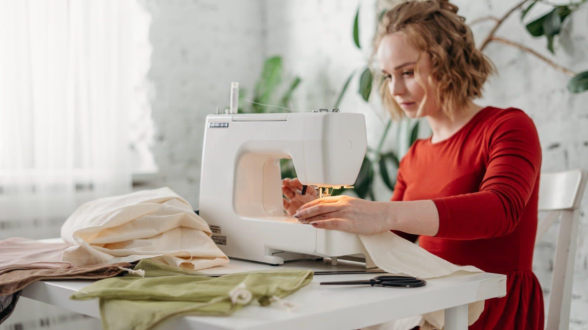 naaister aan het werk met naaimachine
