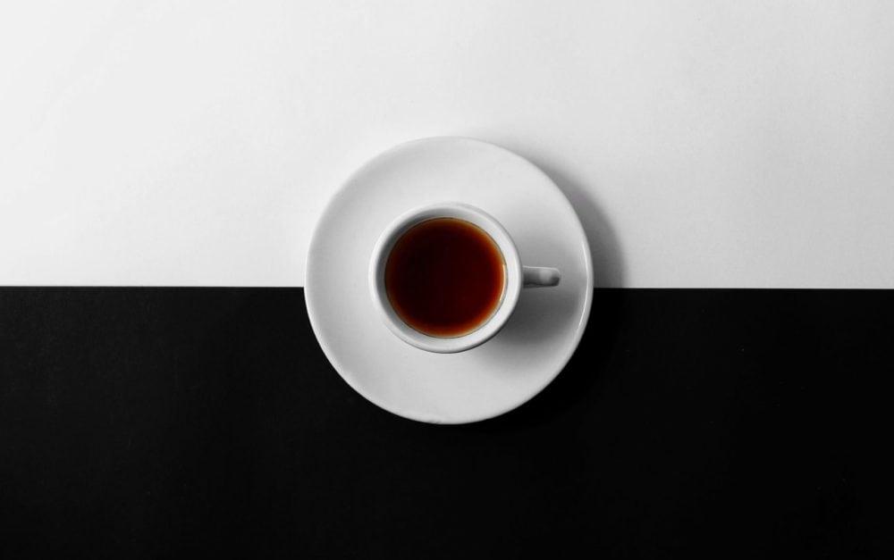 Kopje koffie op zwart/witte ondergrond