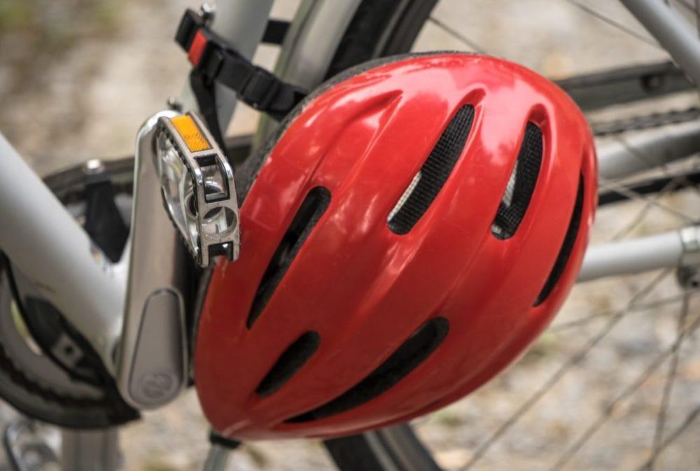 Rode fietshelm aan fietsframe