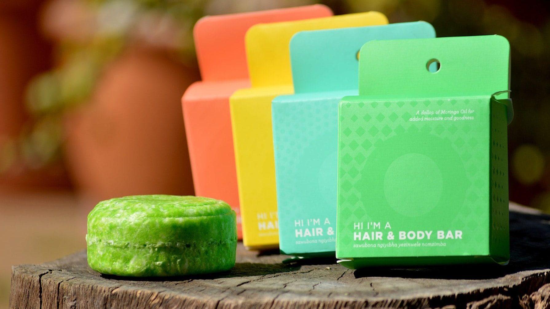 Vier verschillende shampoo bars op houten ondergrond. Vooraanzicht