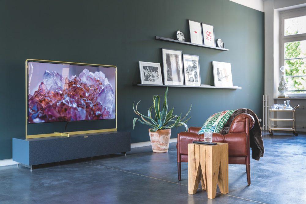 Oled tv in woonkamer, schuin zij-aanzicht