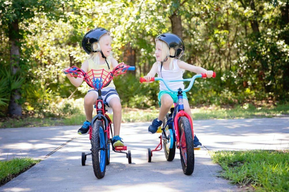 Twee kindjes op de fiets, vooraanzicht